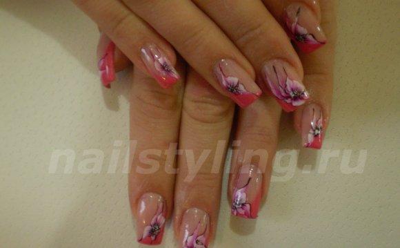 Розовые цветы на ногтях